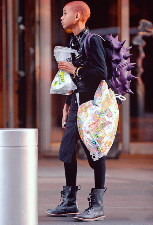 kushandtumblr:  LOOK AT HER FUCKING BOOKBAG  So young and she is so stylish….dame