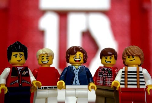 youve-got-that-one-thinq:  OMG they're made in Legos, hahaha this is so cute xD