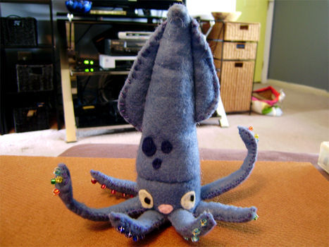 gomakeityouself:  Plushies are so fun to make! and easy! and who wouldn't want this cute squid to snuggle with? Instructions and pattern: http://www.cutoutandkeep.net/projects/squid-felt-plush