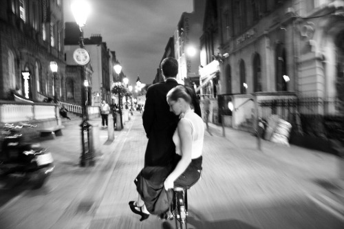 pedalfar:  Dublin Cycle Chic - Dutch Couple Night Ride (via Mikael Colville-Andersen)