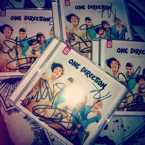 "johnd1991:  ONE DIRECTION AUTOGRAPHED ""UP ALL NIGHT"" Contest So I'm giving away one of my autographed Up All Night album! Yes, for FREE. All you have to do is: Click This Reblog/Like This Post It's that easy. You do NOT have to follow me. I will choose a winner by Tuesday, May 29th. I really want to meet the boys an I'm willing to give up a signed copy of Up All Night for it! I will give out an album for helping me. I'll choose the winner by using randomizer so please like/reblog this. Each like/reblog counts as a vote (so the more likes/reblogs the more chances you have in winning). I'll message the winner on Tuesday for their shipping info and ship out the autographed CD. Good Luck! (I'm only giving away one. These albums were signed at the NJ signing on March. They are valued at $50+.)"