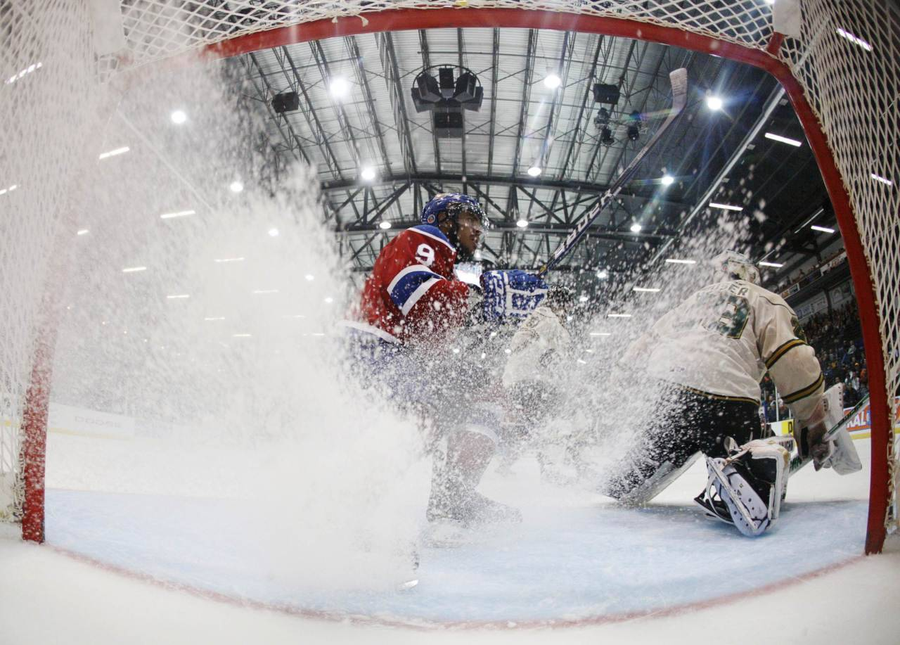 Ice Ice Baby: Edmonton Oil Kings Klarc Wilson brakes in front the net against the London Knights during the second period of their round-robin Memorial Cup ice hockey game. Photo: REUTERS/Mathieu Belanger