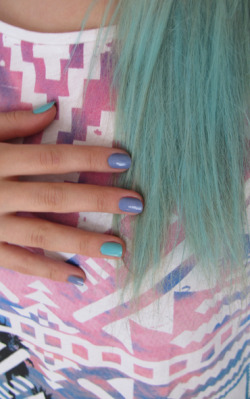 Today: Aztec patterns, turquoise hair and pastel coloured nails. Love it.