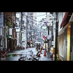Rain, cables and umbrellas. Osaka, Japan. #namba #minami #japan #osaka #streetphotography #aftertherain #photography #alexabian (Taken with instagram)