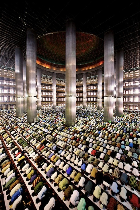 partytilfajr:  Muslims pray in Indonesia.
