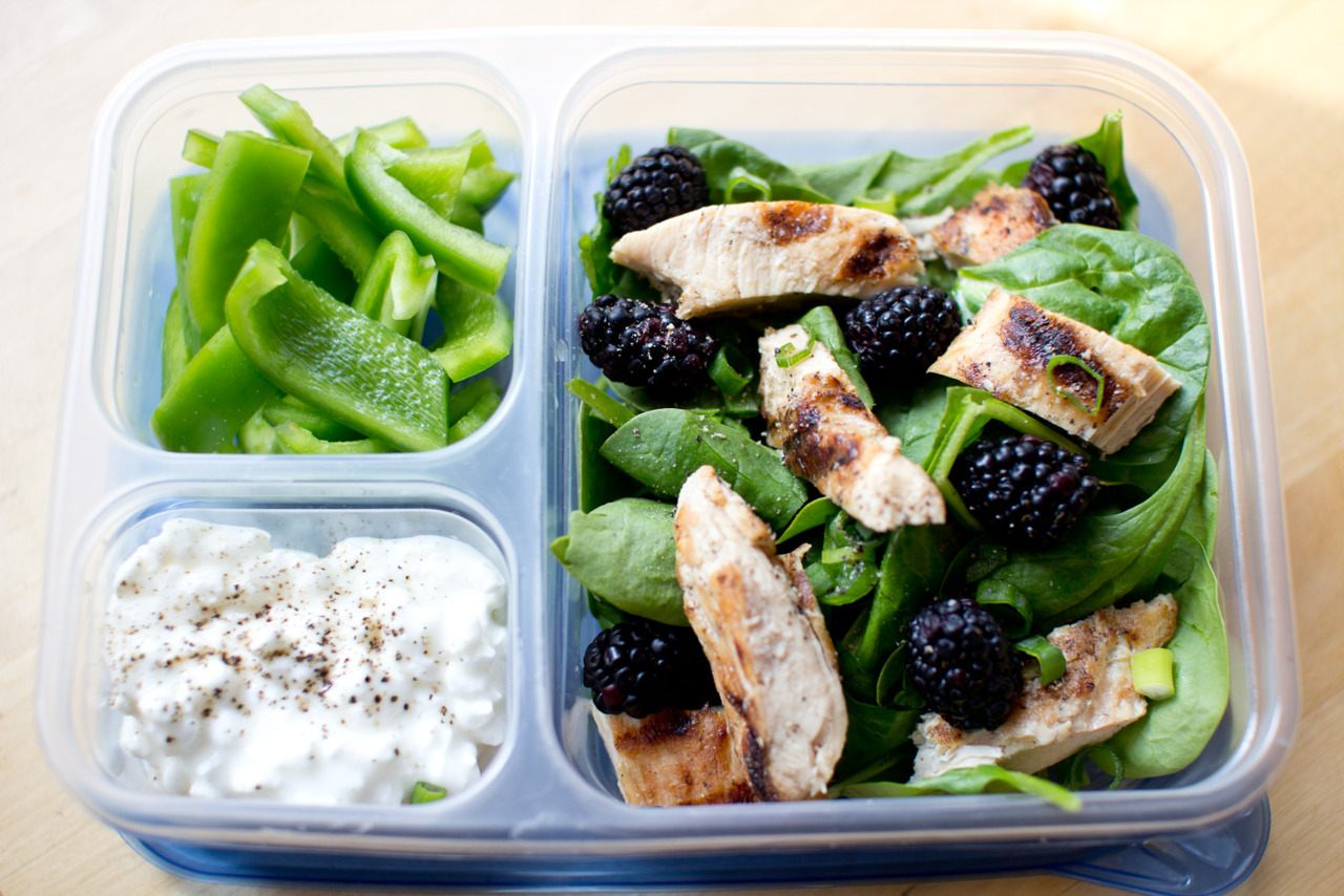 Work Lunch Spinach salad with grilled chicken and blackberries, sided with Fat Free cottage cheese, green pepper and a red vinegar dressing.