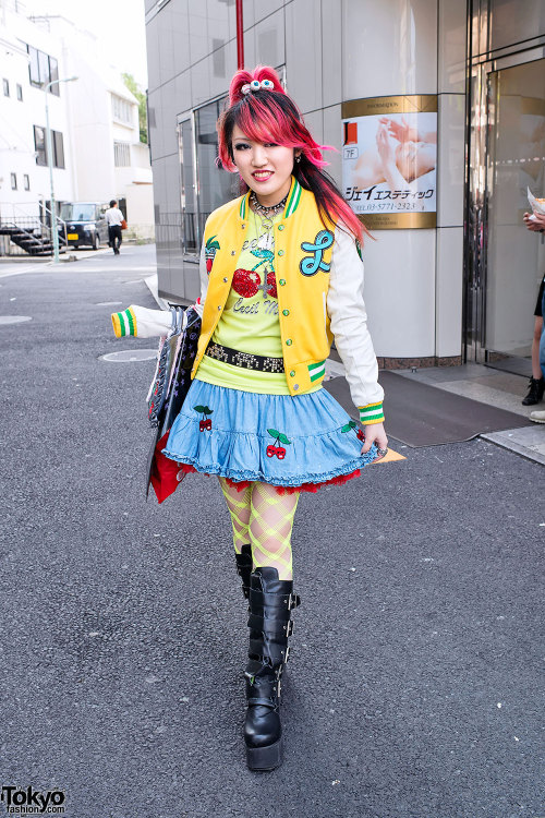 tokyo-fashion:  Guitar-playing pink-haired Japanese high school student Lisa on the street in Harajuku. Oh yeah, she's on Tumblr too! :-)    ^.^