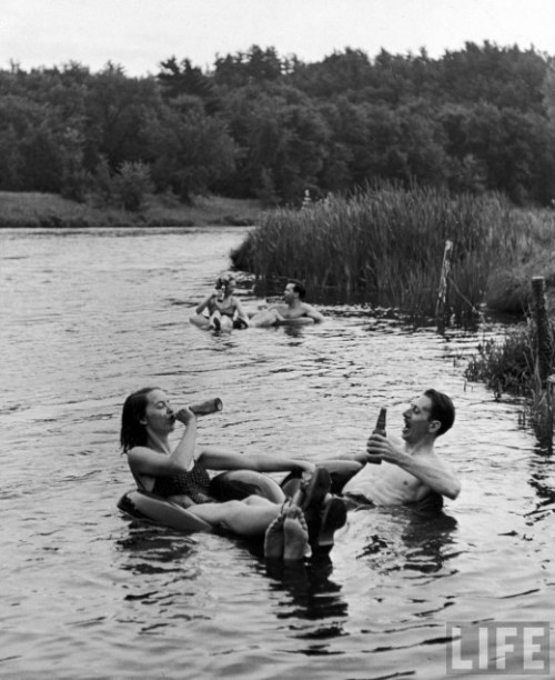 smartchickscommune:    TUBE FLOATING PARTY ON THE APPLE RIVER, 1941