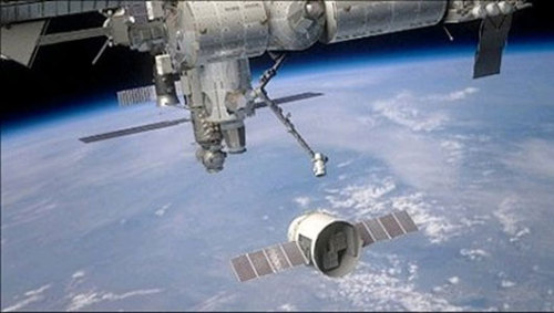 mothernaturenetwork:  SpaceX rocket makes history with space station flybyThe flyby gave SpaceX's Dragon capsule an opportunity to test its navigation and communications instruments.