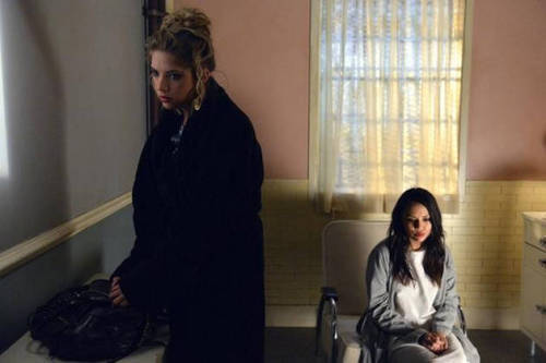 "Click on this SPOILER photo from Pretty Little Liars Season 3, Episode 2: ""Blood is the New Black"" to see MORE sneak peek photos from the episode!! Why do you think Hanna is visiting Mona?"
