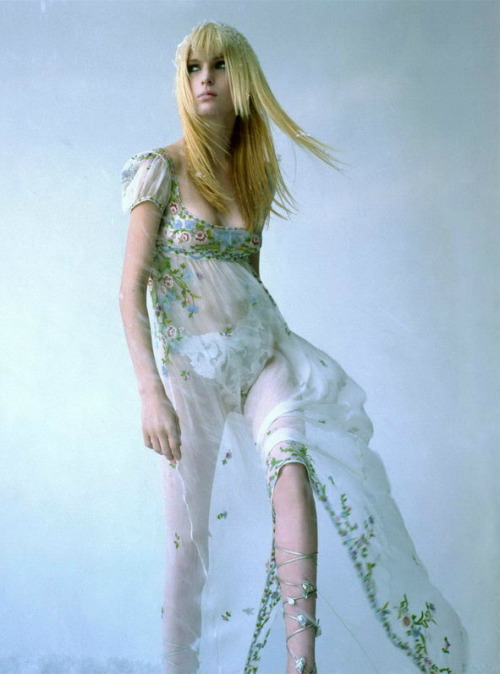 the-moustached-king:  'Fall Snow', Amy Wesson by Steven Meisel, Vogue Italia December 1996. Givenchy Fall Winter 1996 Haute Couture