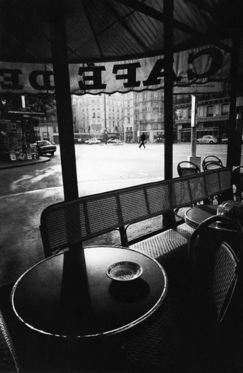 crashinglybeautiful:  Jeanloup Sieff, Café de Flore, Paris, 1975. From Le Clown Lyrique.
