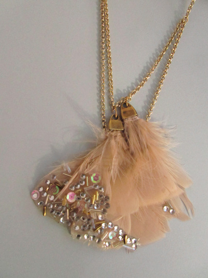 DIY Embellished Feather Necklace Tutorial. I love how this potentially may look - delicate and sparkly and I love this blog. But to me this necklace has the potential to be absolutely gorgeous or an epic craft fail (like the tinfoil earrings here). Tutorial from El Cuaderno de Ideas here.