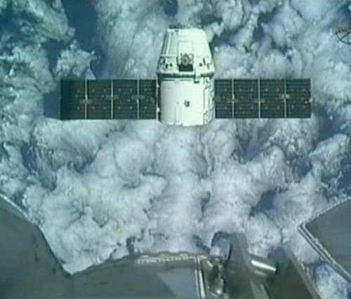 Private spacecraft becomes 1st to visit International Space Station The International Space Station crew successfully captured the SpaceX Dragon capsule with the station's robotic arm at 9:56 a.m. EDT, NASA says. This is the 1st time a commercial spacecraft has visited the International Space Station. More updates on breakingnews.com. Photo: A camera on the International Space Station captures a view of SpaceX's Falcon cargo spacecraft at a distance of 30 meters. (NASA TV via msnbc.com)