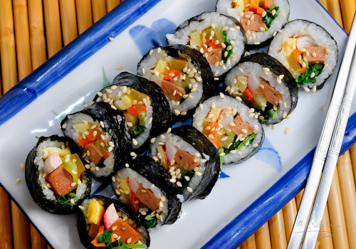 shelovesasianfood:  kimbap (by timarts)