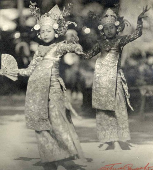 Arthur de Carvalho. Young dancers, Java, circa 1930