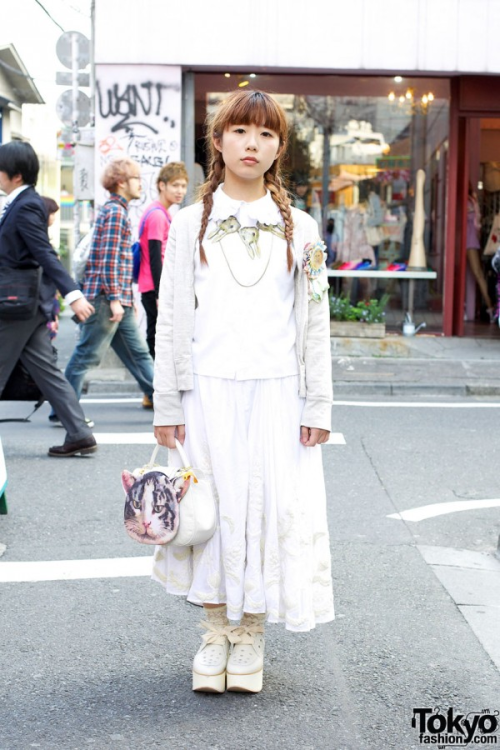 whatjapanswearing:  no.39 WEEKLY FAVORITE STREET SNAP (thanks to tokyofashion.com)   The cat motif is cute. I love all the white cottony garments on her.