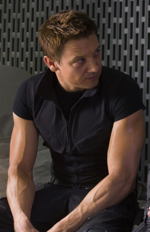 OH MY MY LOOK AT THOSE ASGHHJGKIJOAIHAH I WANT TO HAVE SEX WITH THOSE ARMS :)