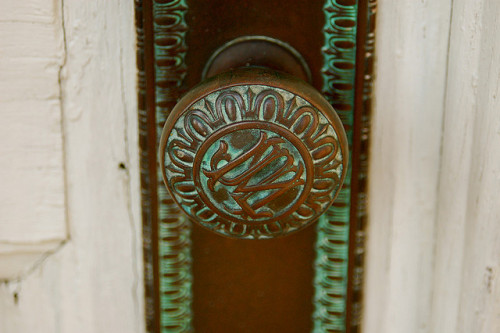 chasingthegreenfaerie:  Engraved Doorknob by Alex Mason Photography on Flickr.