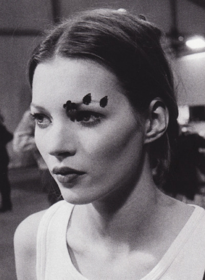 virare:  Kate Moss backstage at a Paris fashion presentation, 1991