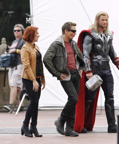 stark-spangled:  lilithlaufeyson:  Jeremy?! xDDDD  HEMSWORTH'S FACE  I literally can't right now.