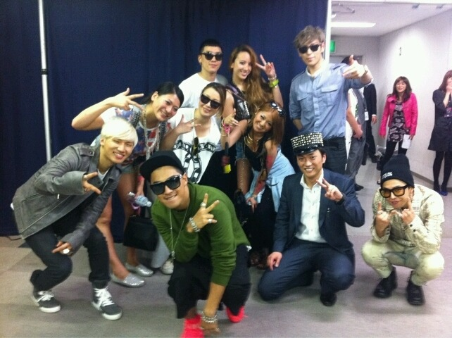 Big Bang with Tornare Dental Clinic at Alive Tour 2012 in Kanagawa Backstage source: rmdcc@ameblo, @smileworkout They are dentist (I think…?).