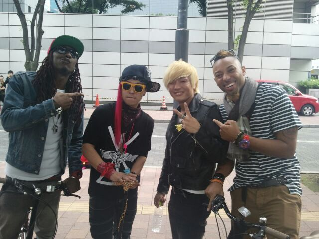Big Bang's Band with G-Dragon and Daesung Look-A-Like in Kanagawa source: @g_7gon, @Guitarslayer24