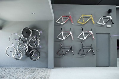 tinana:  This is art. (via Ultimate Biker's Thrill: Museum-like Bicycle Shop in Barcelona :: Interior Design Photos New Ideas Exhibition)   After Ronde the best shop eva