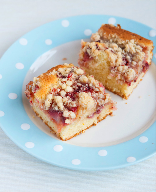 gastrogirl:  strawberry rhubarb buckle.