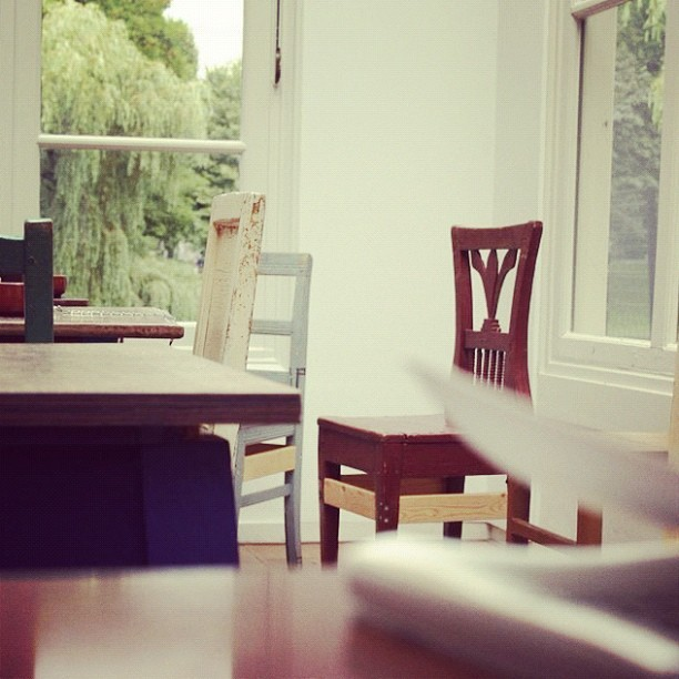 #home #school #classroom #study #reading #library #decorating #decor #interior #design #chairs #window #wood #simple (Taken with instagram)
