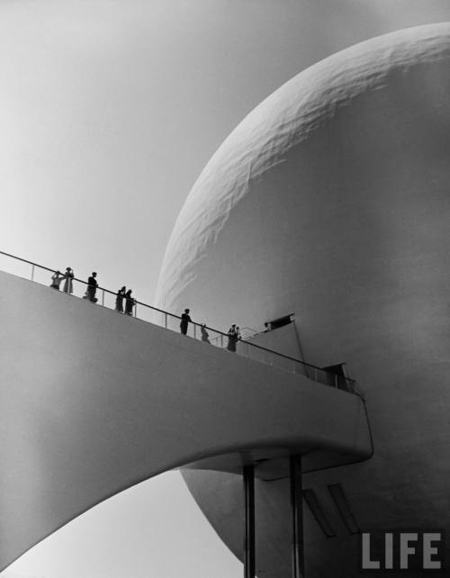 furtho:  Alfred Eisenstadt at the 1939 World Fair, New York (via aadd559279e65889_large (997×1280))