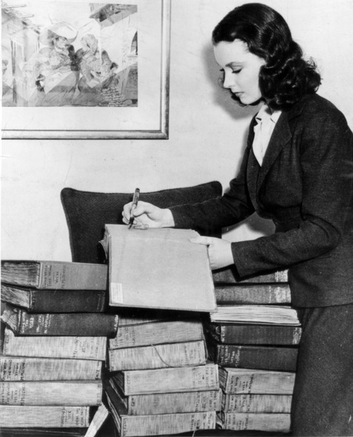 mennascope:  Vivien Leigh signing copies of Gone with the Wind.