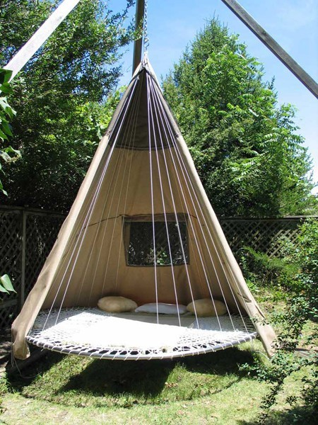 youcanalwayshavemorethannothing:  chamwashere:  Recycled trampoline.   Yes please.   I want I want I want I want!!!!   Earth911 is a blog full of awesome, creative upcycling ideas like this, check 'em out! I want this so much.