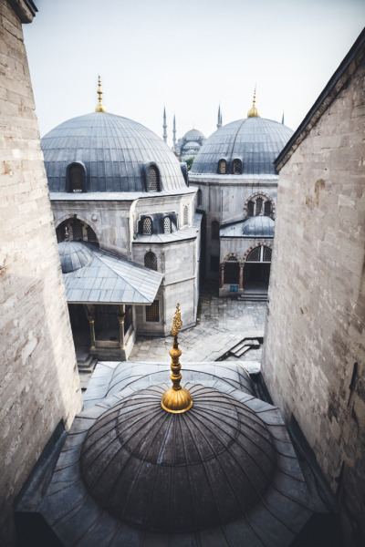 ileftmyheartinistanbul:  From Hagia Sophia to Sultanahmet (by keiforce)  IleftmyheartinIstanbul.com Such a beautiful city, pretty sure I had Ezio running across those last night.