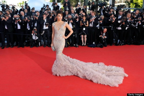 BEST DRESSED!! Latin beauty Eva Longoria rocked her beautiful and intricate Marchesa gown during the 65th Cannes International Film Festival in France this week. Pairing the extravagant backless ensemble with Brian Atwood heels and Damiani earrings, Longoria looked stunning with her fancy tulle train, shoulder appliqué and a matching Marchesa crystal embroidered handbag.