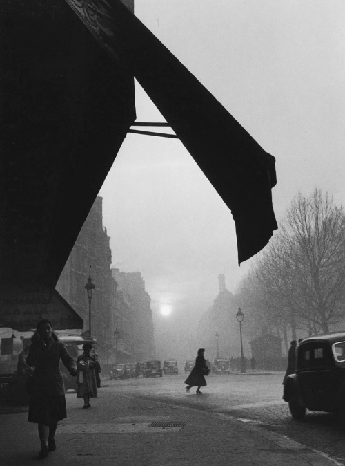 luzfosca:  Willy Ronis Carrefour Sèvres Babylone, Paris, 1948
