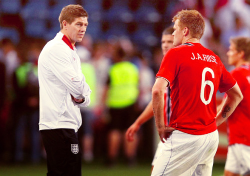 youll-never-walk-al0ne:  Riise and Gerrard.