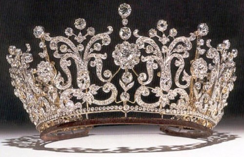 This tiara would look good on my wedding gown as well. Oh, so many choices!