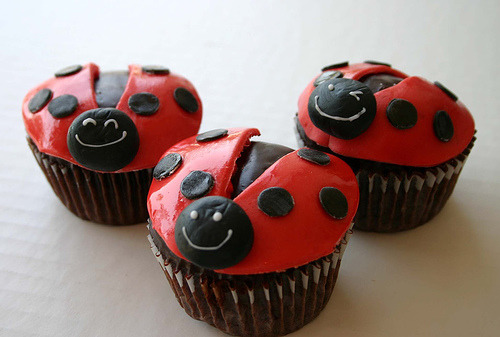 Lady Bug Cupcakes! :3 source: http://www.sexyeatz.com