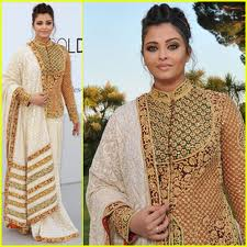 aishwarya rai bachchan she's so beautiful. I love her. Her sari is so nice