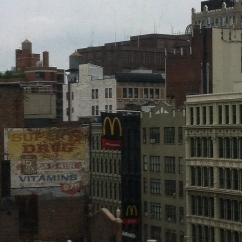 Vista newyorchese fa un 5o piano sulla Broadway (Scattata con Instagram presso Impossible Project Space)