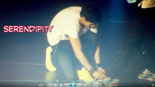 Khun tying Taecyeon's shoelaces
