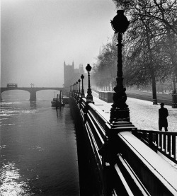 firsttimeuser:  Wolf Suschitzky. Embankment, London, 1947 Galerie Hilaneh von Kories