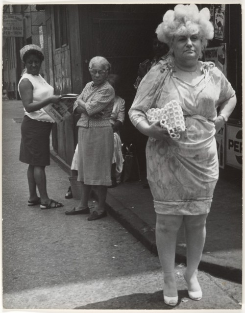 Street Scene: Woman in Blonde Wig and Tight Dress, New York City (1960s) – Leon Levinstein