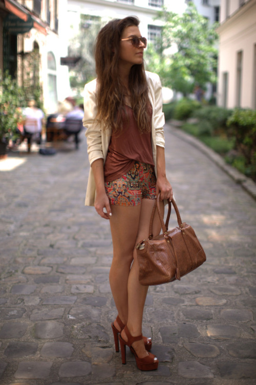 what-do-i-wear:  Vintage Blazer, H&M Tank, Lavish Alice  Paisley Shorts, ASOS Sandals + Sunglasses & Mango Bag (image: befrassy)