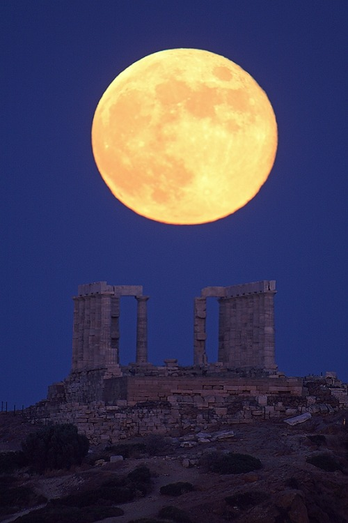 silfarione:  July 15, 2011. Selene rising at Sounion by Anthony Ayiomamitis.