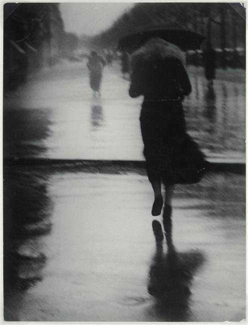 ladyurduja:  Brassai,Passerby in the Rain, 1935