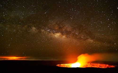 inothernews:  A lava lake glows in Halemaumau vent, with Pu'u O'o vent on the left and the Milky Way shimmering in the sky overhead, on Kilauea Volcano in Hawaii Volcanoes National Park.  (Photo: G. Brad Lewis / Barcroft Media via The Telegraph)