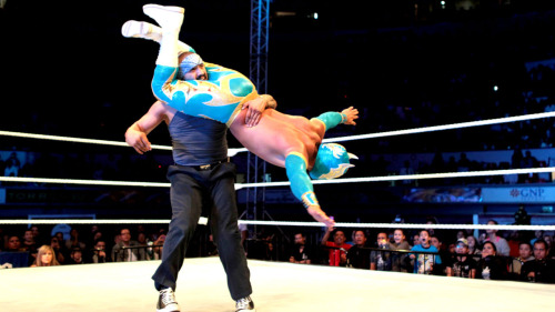 dragoste-ryan:  SmackDown live event in Aguascalientes, Mexico, May 2012 Sin Cara HQ
