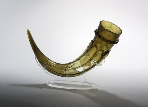 I have managed to get myself a glass drinking horn for Bragafull / Symbel. This is not the one however, this is a 7:th century English one (British Museum ).
